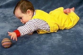 отличие множества ребенок в шесть месяцев смотрит в одну точку данным